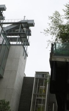 The Whitney's outdoor viewing platforms (left) overlook the High Line (right). Image (c) Sarah Coleman